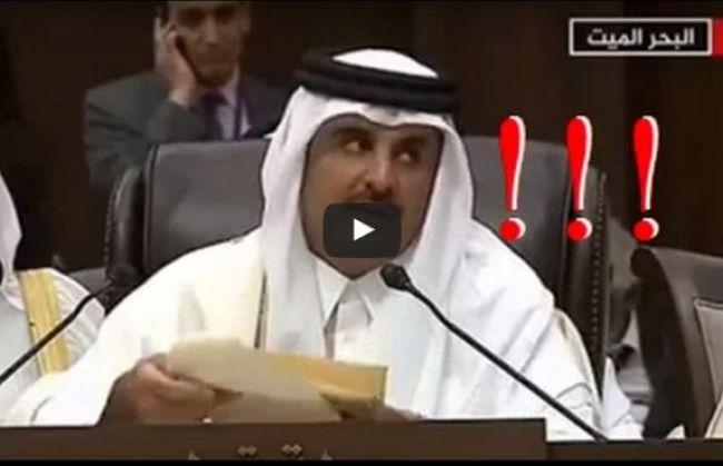 شاهد بالفيديو.. ردة فعل أمير قطر لحظة مغادرة السيسي للقاعة خلال كلمته بالقمة العربية!