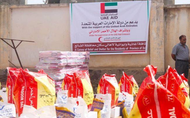 وصول أول قافلة مساعدات إنسانية لنازحي قعطبة وحجر بمحافظة الضالع مقدمة من الإمارات