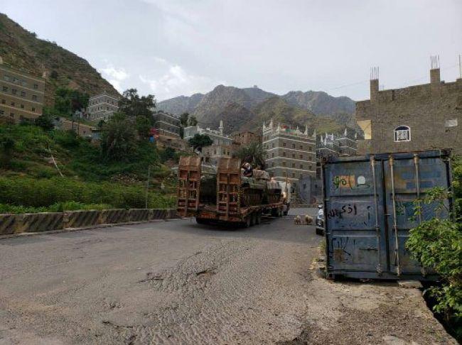 بالصور.. قوات الانتقالي الجنوبي تنقل دبابات وأسلحة الحماية الرئاسية من عدن إلى يافع