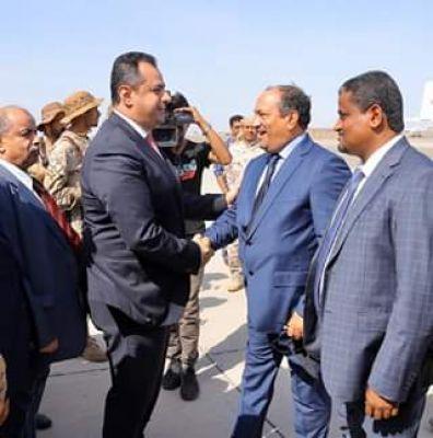 فريق حكومي مصغر برئاسة رئيس الوزراء يصل عدن