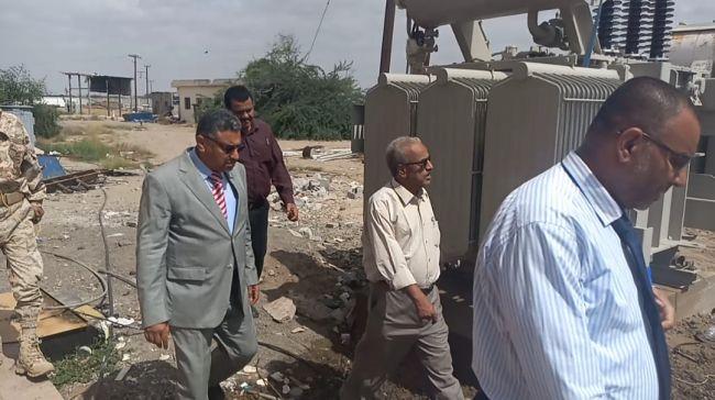 القائم بأعمال محافظ عدن يتفقد العمل في تركيب محول كهرباء حقل بئر أحمد المائي بمديرية البريقة