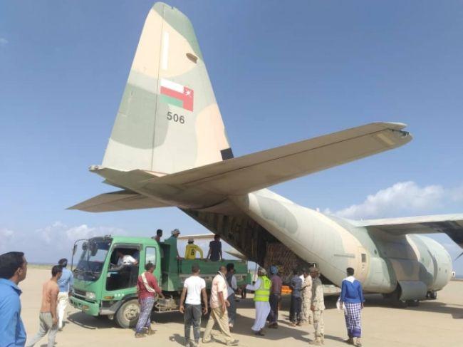سلطنة عمان تعلن عن جسر جوي لمساعدة سكان سقطرى اليمنية .. ووصول أول طائرة إغاثية للأرخبيل