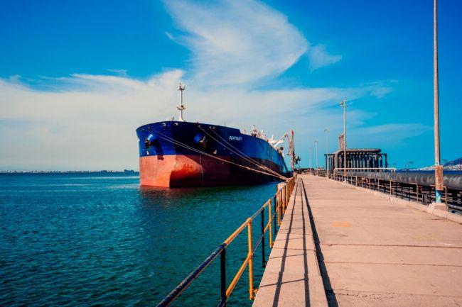 مصادر تؤكد وصول دفعة منحة المشتقات النفطية السعودية بموعدها المحدد إلى عدن